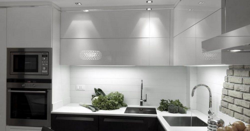 angolo lavelli della cucina con verdure sul piano di lavoro e forni