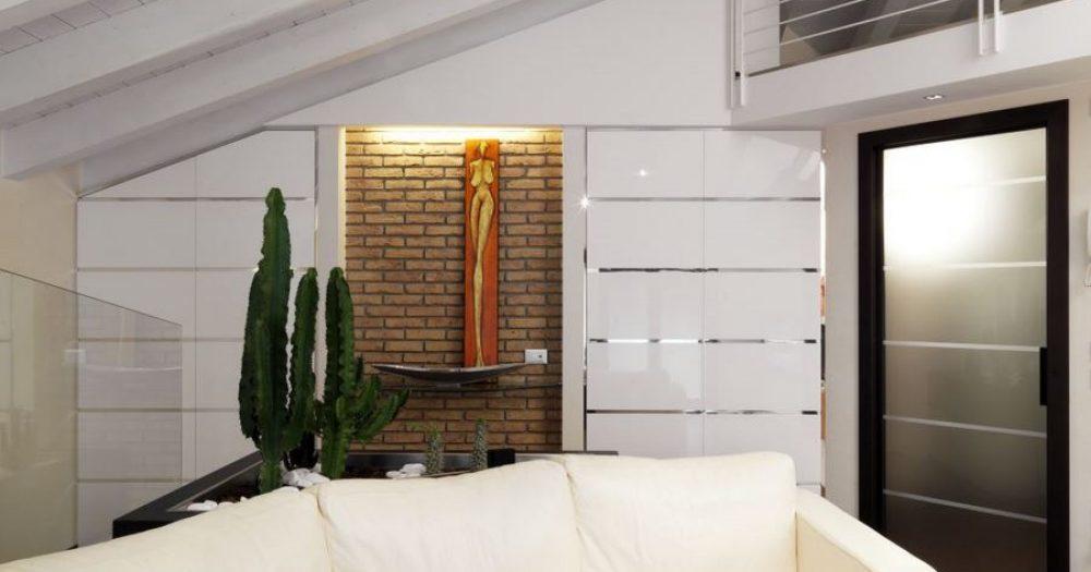 angolo divano in soggiorno in mansarda